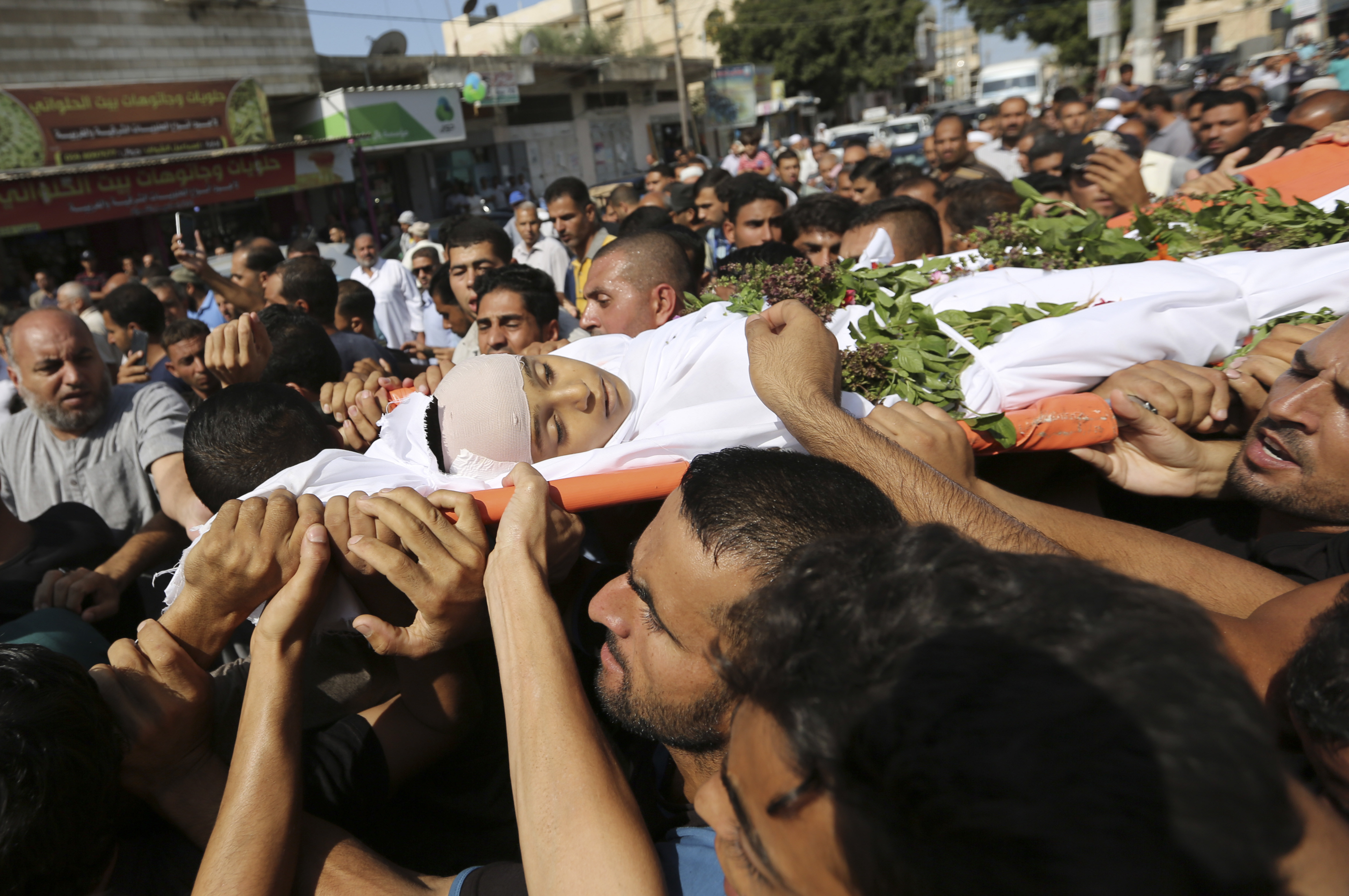 Mourners carry body of Palestinian victirm