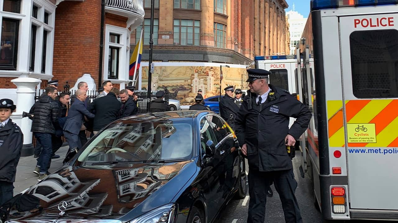 Photo of police carrying Julian Assange from the Ecuadorian Embassy