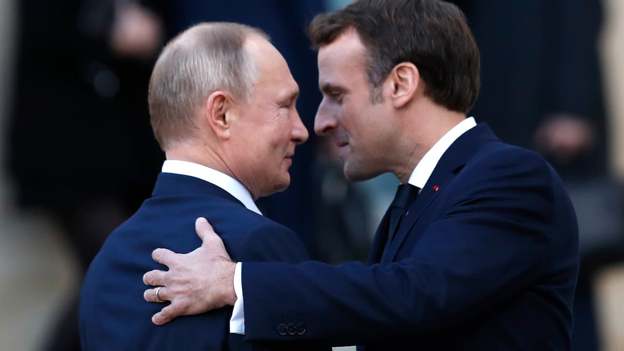 Photo of French President Emmanuel Macron and Russian President Vladimir Putin