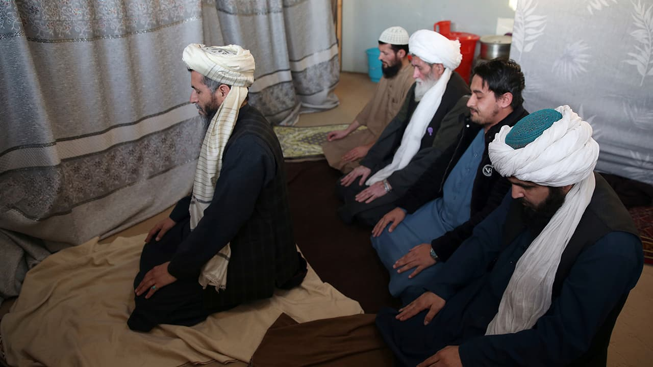 Photo of Jailed Taliban pray inside the Pul-e-Charkhi jail after an interview with The Associated Press in Kabul, Afghanistan