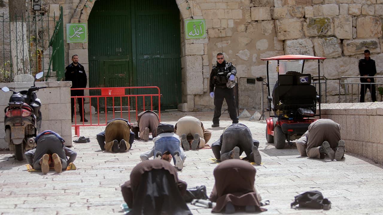 Photo of people praying in Jerusalem